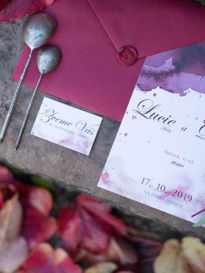 Svatebni oznameni s vinovou obalkou s podzimni kvetinovou dekoraci