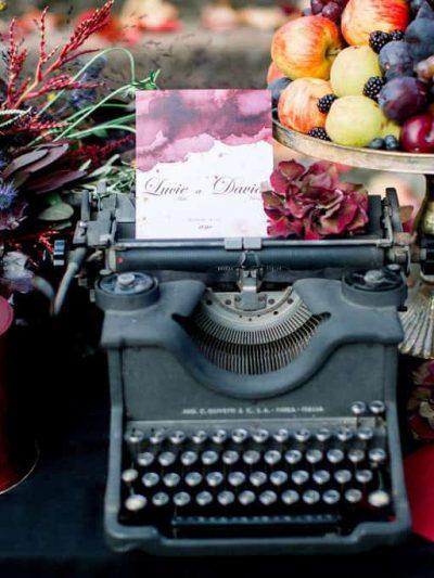 Svatebni oznameni polozene na starem psacim stroji na svatebnim sweet baru s podzimni dekoraci