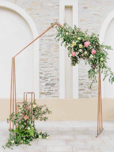 Kovova svatebni brana ve tvaru domu s kvetinovou dekoraci v penzionu Na Kmine.