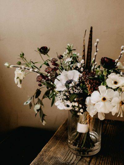 Svatevni kytice v bilo hnede barve se sasankami, kocickami, pryskyrniky a bazantimi pery
