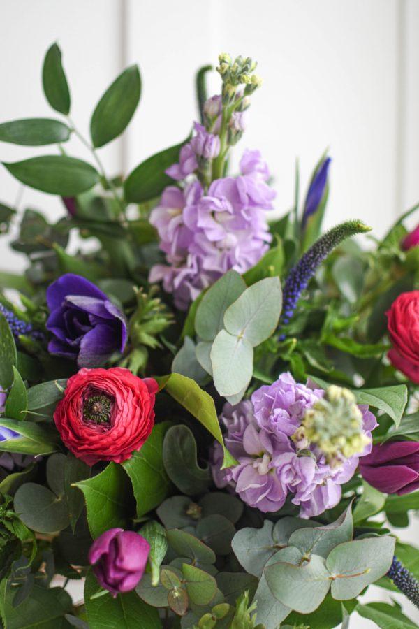 Ranunculus, anemone, tulipany, matthiola, veronica v jarni kytici s eukalyptem a zeleni