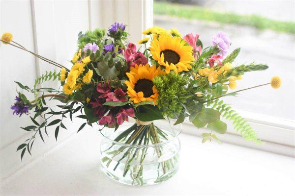 Letni kytice plna zarivych barevnych kvetin a zelene