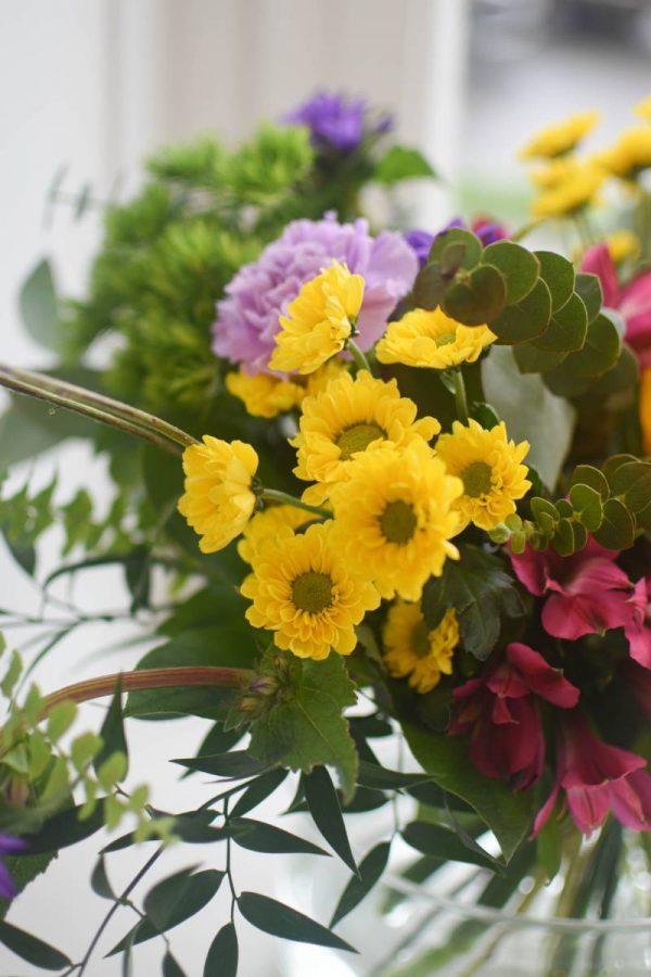 Barevne kvetiny a zelen uvazane do letni kytice