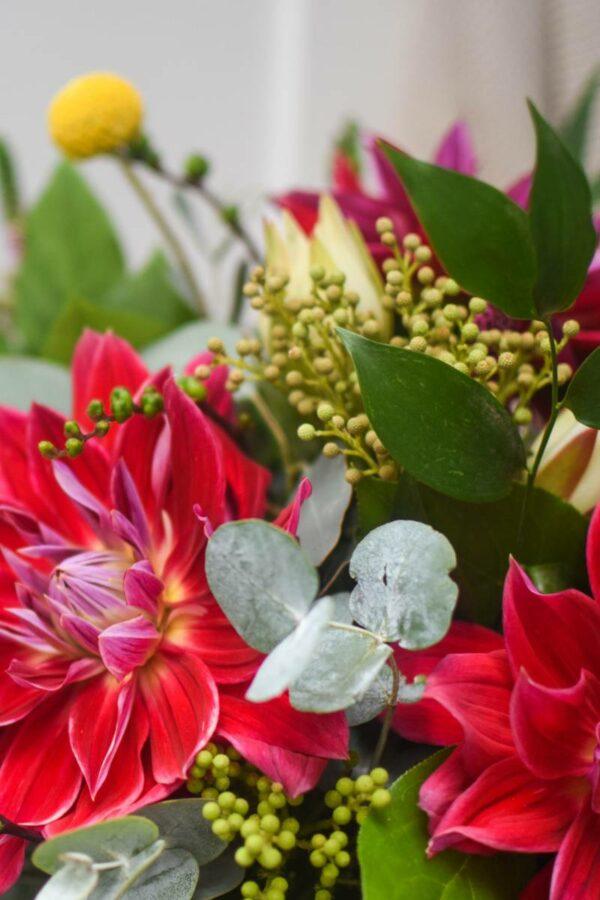 detail velke podzimni kytice s cervenymi jirinami